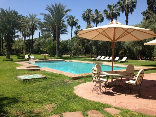 Dar Ayniwen Villa Hotel : Tables et piscine