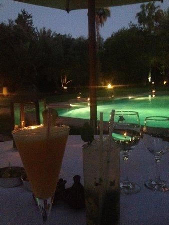 Dar Ayniwen Villa Hotel : cocktails le soir devant la piscine