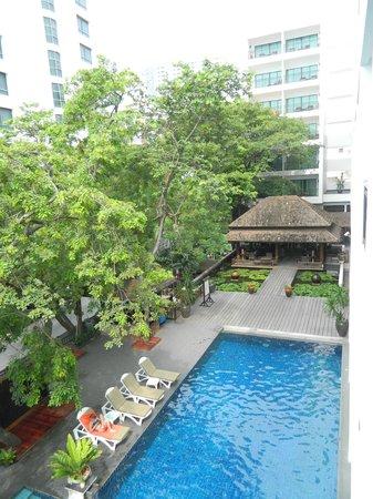 Cosy Beach Hotel : вид из номера на бассейн и бар