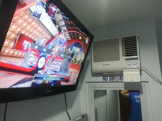 D'Morvie Suites: 32 inch TV with aircon