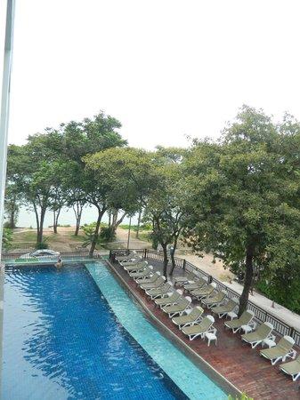 Cosy Beach Hotel : вид из номера на бассейн и море