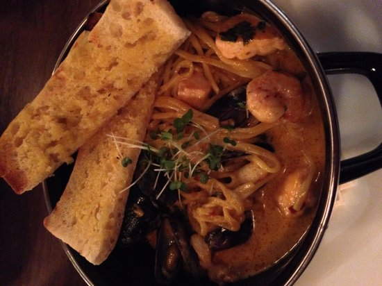 Central Wine Bar: Asian style hot pot w/mussels, prawns, cod & salmon