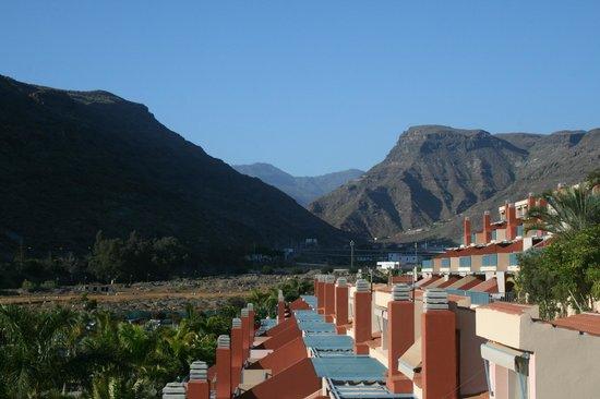 Cordial Mogan Playa: Vue du balcon sur les appartements du Cordial Vallée