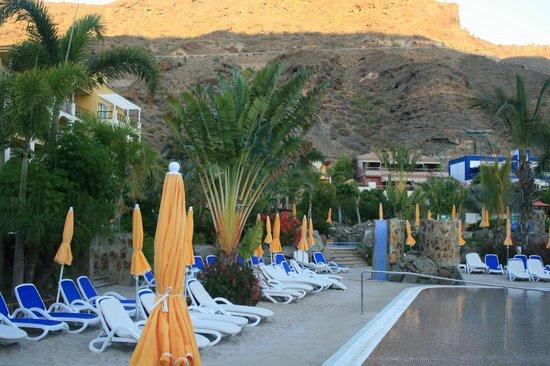 Cordial Mogan Playa: Coucher de soleil sur la piscine animée