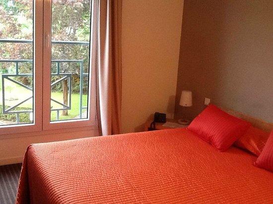 Le Pre Saint Germain Hotel : Chambre à la déco vieillotte