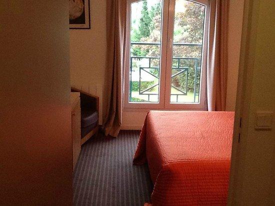 Le Pre Saint Germain Hotel : Vue de la chambre depuis l'entrée