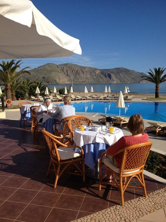 Pilot Beach Resort : breakfast overlooking the pool and sea