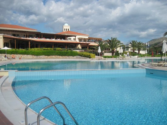 Pilot Beach Resort: pool area outside the main restaurant