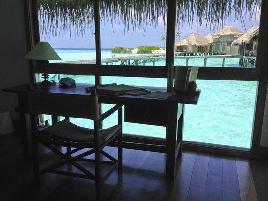 Gili Lankanfushi Maldives: Schreibtisch im Schlafzimmer