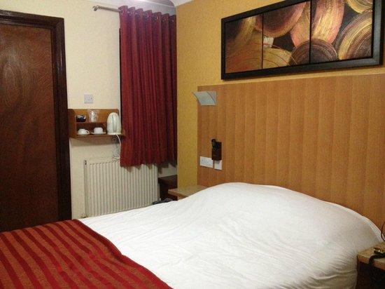 Eurotraveller Hotel : на фото весь номер поместился целиком