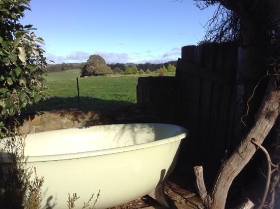 Eagles Nest Retreat: outdoor spa bath