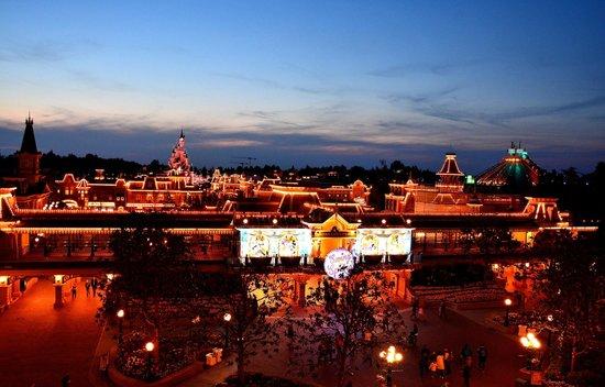 Disneyland Hotel : Vue de la chambre la nuit