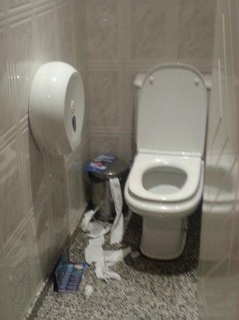 Lanzasur Club : Toilette dans le hall de l'hôtel