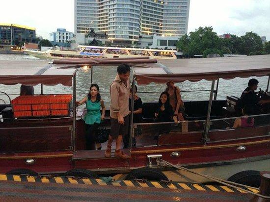 Millennium Hilton Bangkok: Shuttle to Sky Train Station