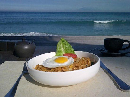 Qunci Villas Hotel: Breakfast 'Nasi Goreng' with beach view