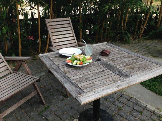Sunshine Hotel Hoi An: Столики рядом с бассейном