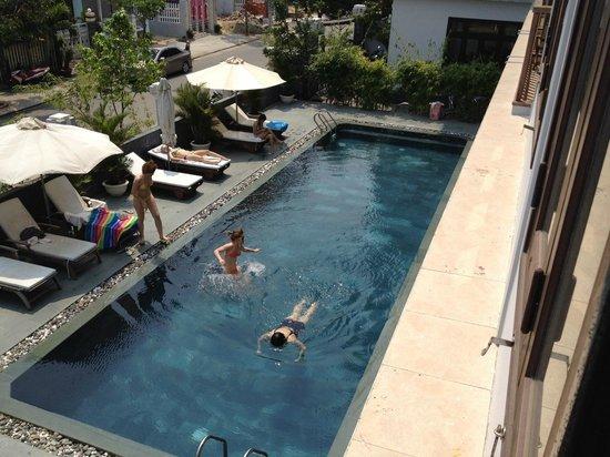 Sunshine Hotel Hoi An: Вид из окна на бассейн