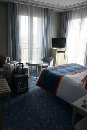 Hôtel Splendid Etoile : Clean room with a perfect view of the Arc de Triomphe