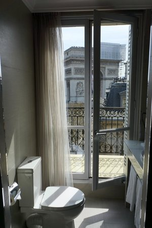 Splendid Etoile Hotel: The bathroom had a lovely view too.