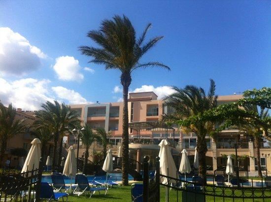 Selini Suites: Hauptgebäude und Poolbereich