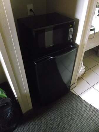 La Hacienda Inn Alamodome/Riverwalk : Frigo et micro-ondes / Room 209.