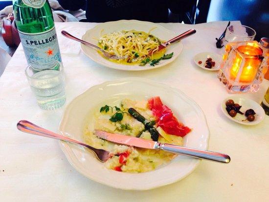 Trattoria Caprese Amsterdam: Asparagus and prosciutto risotto, and linguini with garlic, peas, snujboonen in olive oil. Fanta
