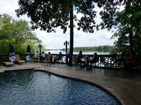 Victoria Falls Waterfront: Pool/Restaurant