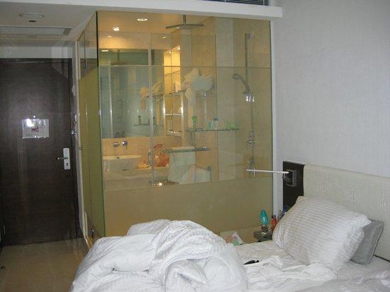 The Empire Hotel Wan Chai : Прозрачная стена в душе