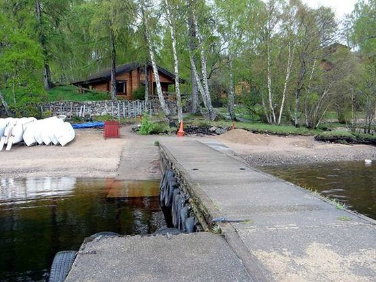 Loch Insh Watersports: Tormore lodge, from the jetty