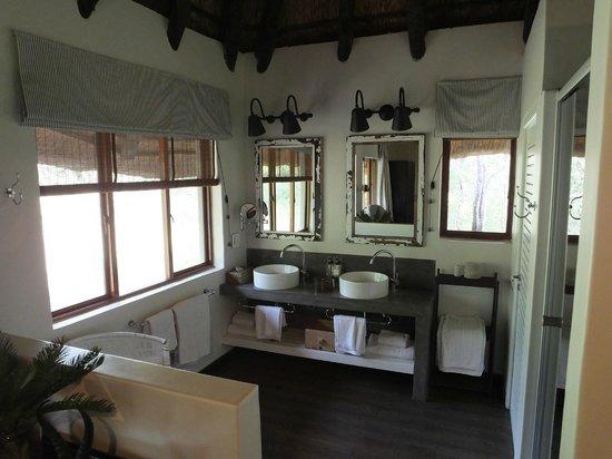 Mushara Lodge: Bathroom area