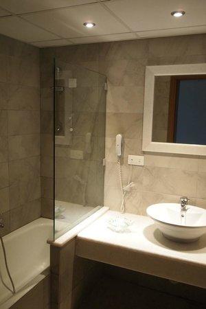 Kiani Beach Resort: czysta i nowoczesna łazienka