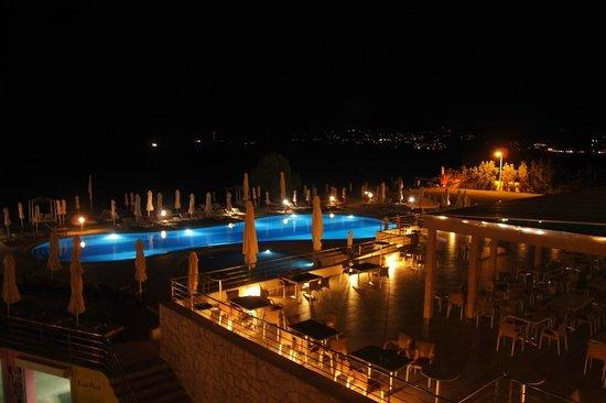 Kiani Beach Resort: nocny widok na basen