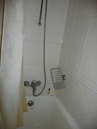 Quinta Perestrello : Dusch i trångt badkar utan halkskydd
