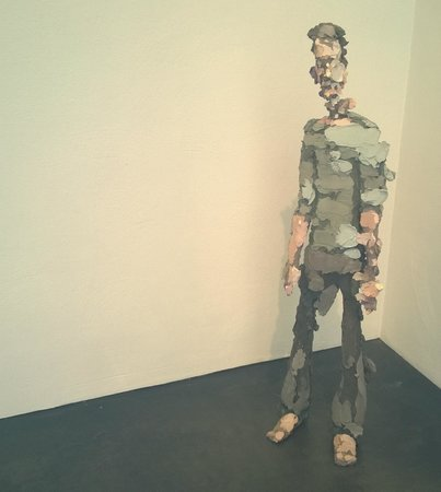 Musée Kiasma d'art contemporain (Nykytaiteen Museo) : классный мужчина из разных видов цемента))