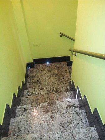 Calfred : Acceso  a las habitaciones  por la escalera.