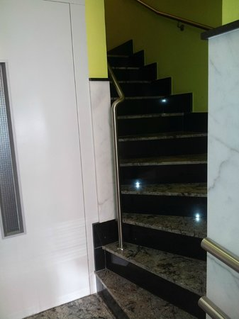 Calfred : Acesso a las habitaciones junto al ascensor .