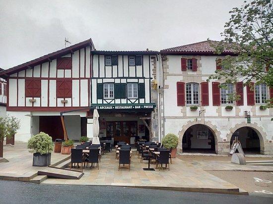 Bar Restaurant Les Arceaux : façade et terrasse