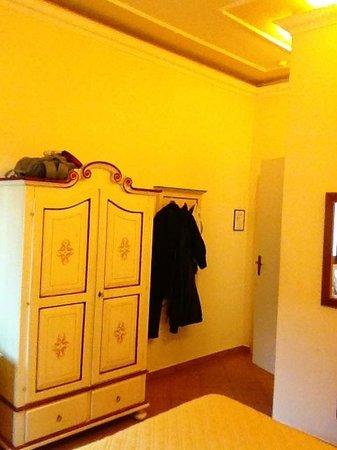Hotel Vasari Palace : Armário com bastante espaço e mesa e cadeira de apoio