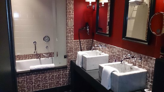Hotel Des Indes, a Luxury Collection Hotel: Bathroom, twin sinks and bath/shower