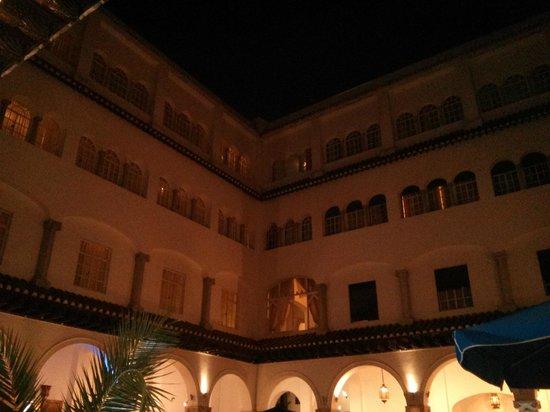 El Minzah Hotel : Hotel interior courtyard at night