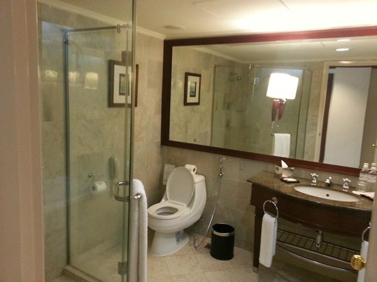 Le Meridien Kota Kinabalu: Shower & W.C.