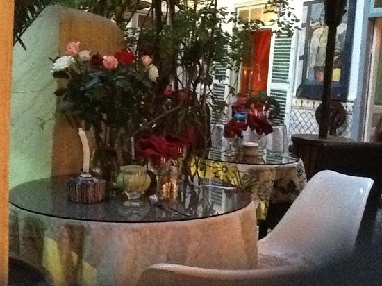 Caravane Cafe : beautiful roses on every table