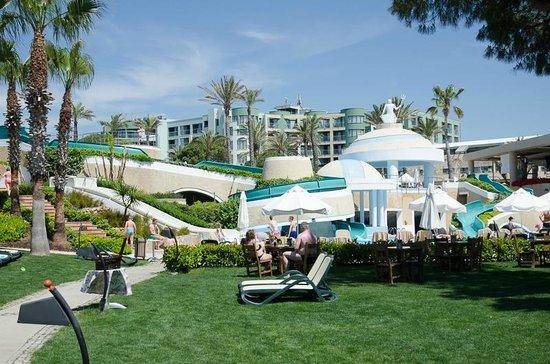 Limak Atlantis Deluxe Hotel & Resort: Der Poolbereich vom Meer aus gesehen