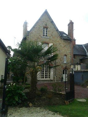 Le 1900 : Une des vues de la maison, depuis le jardinet