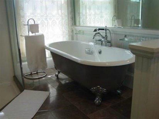 The Peach House : The Peach Blossom Suite Bathroom