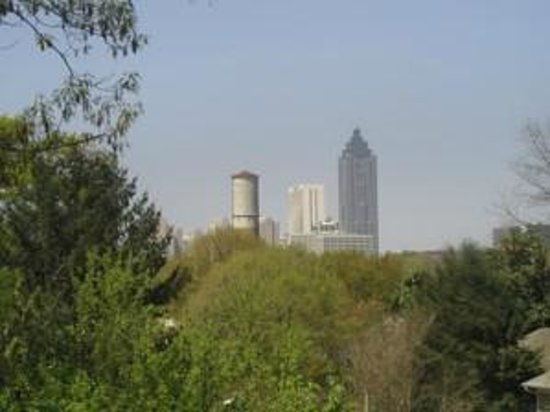The Peach House: Sweet Auburn Room Skyline View