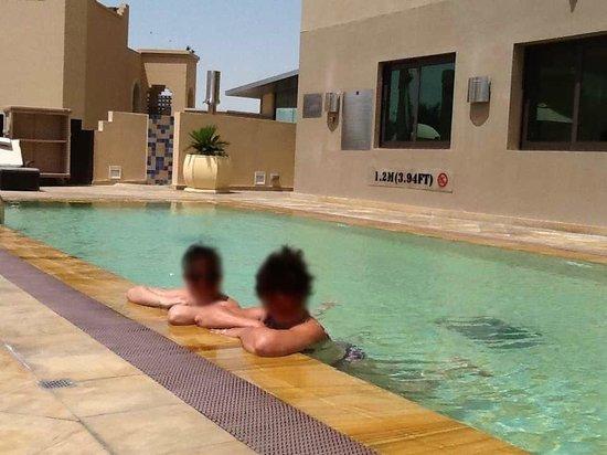 Traders Hotel, Qaryat Al Beri, Abu Dhabi : Piscine : longue mais étroite...