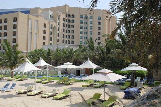 Traders Hotel, Qaryat Al Beri, Abu Dhabi : Vue de l'hotel depuis la plage