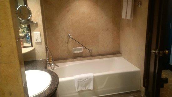 Shangri-La Hotel Jakarta: Nice tub