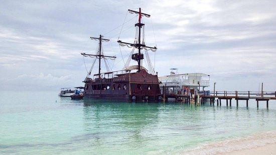 Secrets Royal Beach Punta Cana: Piratenschiff am Anlegesteg 8.5.2014
